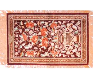 サイズ80×50cm<br> silk100%<br> バラのデザイン。絨毯の4辺にフリンジ付き<br> クム産<br> キマ工房380,000円(税別)