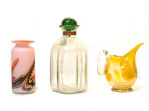 左 マーブル模様の花瓶<br> サイズ高さ15cm×幅7cm 4,500円<br>  中 飾りふた付き花瓶(置物にも)<br> サイズ高さ22cm×幅12cm 5,500円<br>  右 水挿し(遺跡から出土した作品を模倣して作成)<br> 雲や鳥のくちばしなど自然をイメージ。飾りものに最適<br> サイズ高さ14.5cm×幅15cm 4,800円