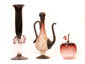 左 フリルつき花瓶<br> サイズ高さ30cm×幅10cm 12,500円<br>  中 かざりポット(置物、花瓶にも)<br> サイズ高さ26cm×幅14cm 8,500円<br>  右 りんご(飾り、置物)<br> サイズ高さ14cm×幅10cm 3,980円