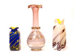左 海の波をイメージした花瓶。飾りにも。<br> サイズ高さ14cm×幅6cm 3,980円<br>  中 手描き花瓶<br> サイズ高さ27cm×幅11cm 15,750円<br>  右 グラデーション花瓶。飾りにも。<br> サイズ高さ19cm×幅6cm 5,500円