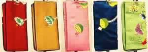 シルク、手刺繍の財布です。 サイズ18×9cm 各色3,980円 (ただし右端の黄緑色のみ2,500円)