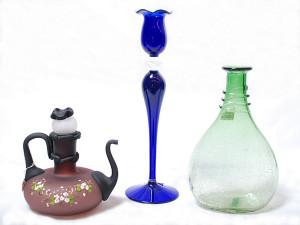 """左 水挿し(ブラウン)<br> サイズ高さ17cm 4,200円<span class=""""sold"""">SOLD OUT</span><br>  中 蝋燭立・花瓶(ブルー)<br> サイズ高さ32cm 3,500円<br>  右 ボトル(グリーン)<br> サイズ高さ23.5cm 3,980円"""