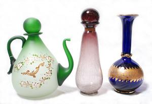 左 水挿し(グリーン)<br> サイズ高さ29cm 12,800円<br>  中 ボトル(ブラウン)<br> サイズ高さ32cm 14,800円 <br> 右 花瓶(ブルー)<br> サイズ高さ30cm 16,000円