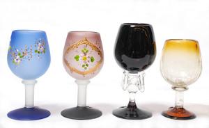 左 グラス(ブルー)<br> サイズ高さ14cm 2,800円<br> <br> 中左 グラス(ブラウン)<br> サイズ高さ14cm 2,980円<br> <br> 中右 グラス(ブラック)<br> サイズ高さ15.5cm 3,500円<br> <br> 右 グラス(イエロー)<br> サイズ高さ14cm 2,100円